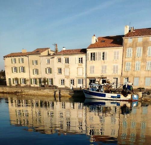 Vue de la Villa depuis le port de Saint Martin de Ré