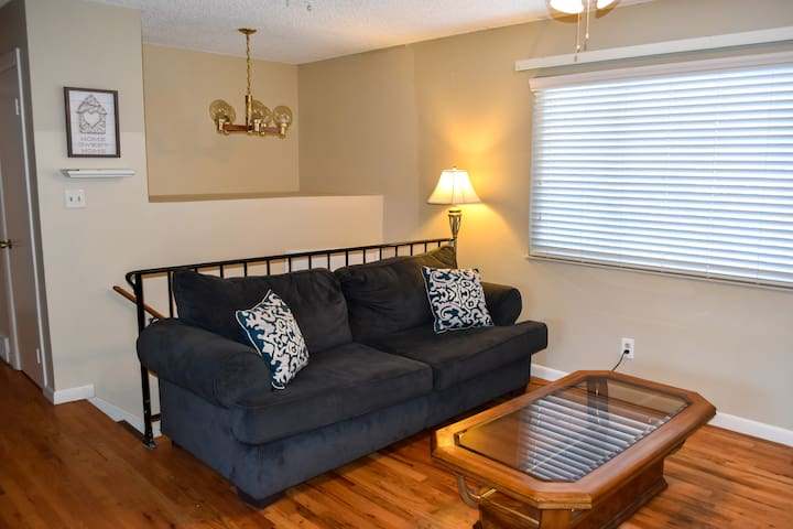 Quaint, Upper Level Apt in Quiet DTC/Centennial