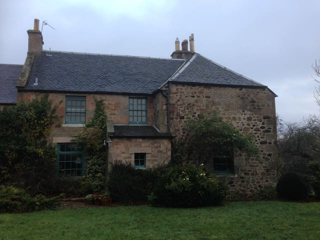 Edinburgh farmhouse 2nd bedroom - private room(s) - Midlothian - Dom