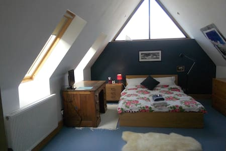 """Blue"" double with own bathroom handy for M1 /M6 - Barby, Near Rugby"