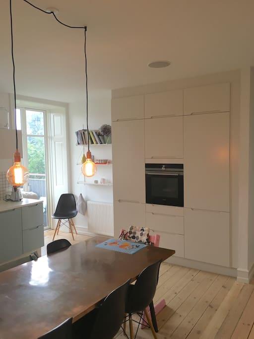 Køkken/alrum med udgang til altan