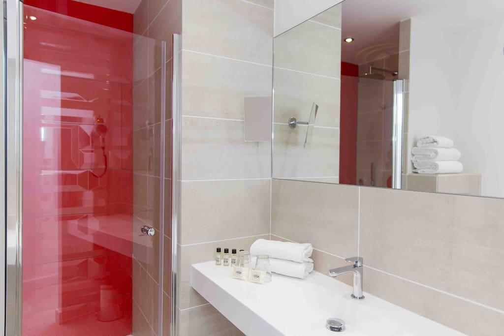 Salle de bain neuve, moderne et spacieuse