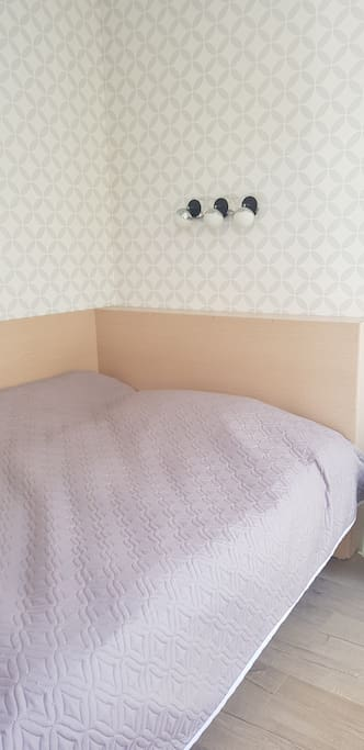 Кровать на 2 спальных места в отдельной комнате с витражным окном