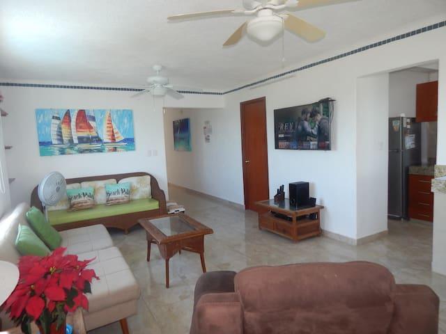 "Amplia sala con pantalla Smart TV de 50"" con sistema de teatro en casa //Living room with 50"" smart TV with home theater"