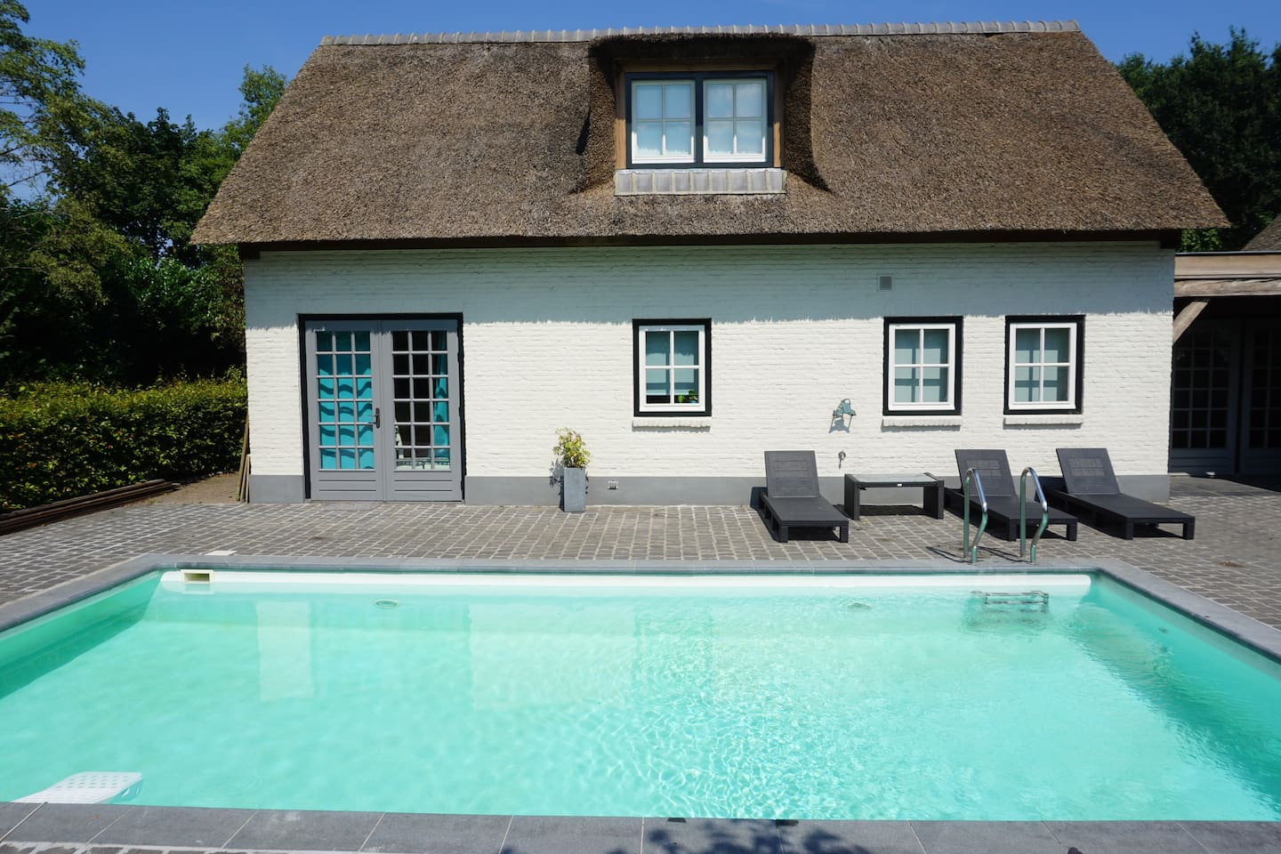 Guesthouse and pool