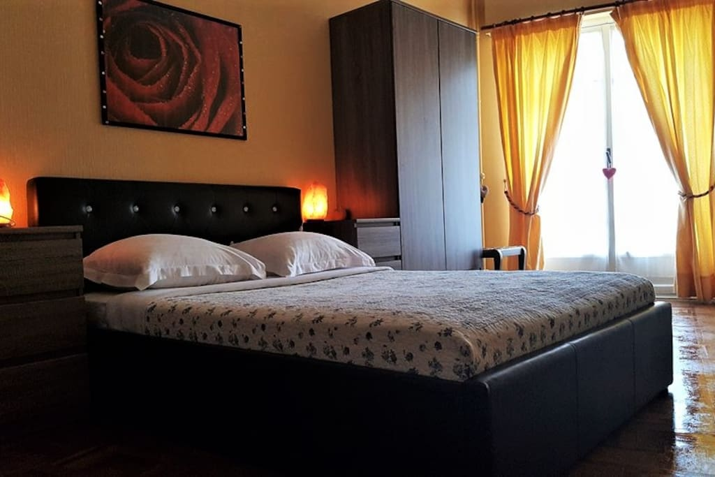 Refurbished room, new furniture, freshly painted this year. Direct access to the terrace. Double bed. Chambre fraîchement peinte cette année, meubles tout neufs.
