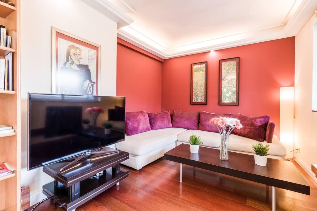 Salón con TV plasma