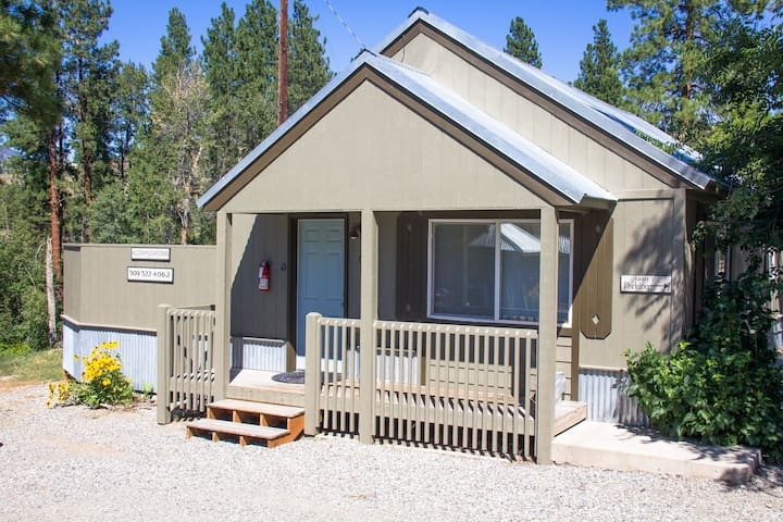 River Pines Inn - Riverfront Cabin (dog-friendly)
