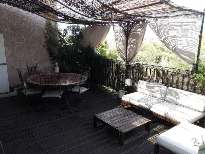 Loue maison avec piscine et terrasse, au calme.