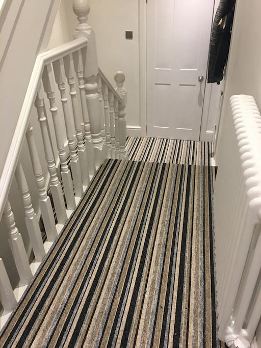 CLEAN SMART ENTRANCE ON LANDING & STAIRS