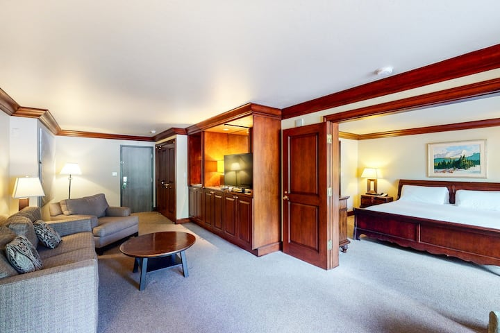 Elegant, ski-in/out suite w/ WiFi & shared hot tub, outdoor pool, gym, firepit!