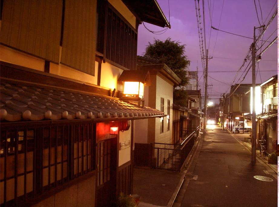 ムンドは二条城北の静かな場所にあります。Mundo located in quiet place Kyoto, You can feel more local atmosphere.
