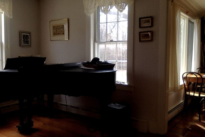 Classic New England Country House, 5 min to town - Amherst - Rumah