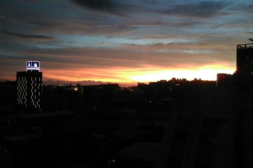 這是窗外的夕陽景緻!