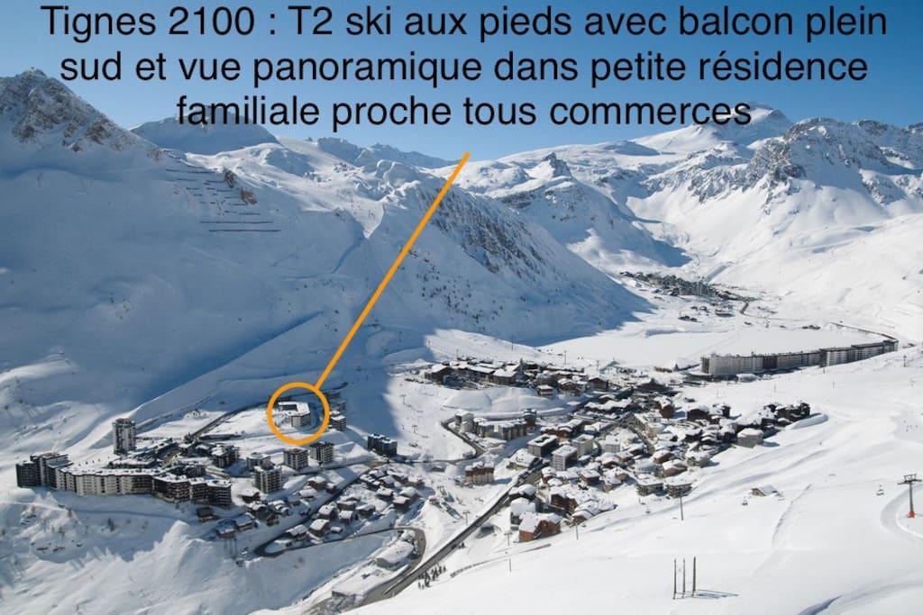 Le Lavachet est l'un des trois hameaux de Tignes 2100 ; plus familial que Le Val Claret, il est composé de petites résidences et dispose de tous les commerces (parking, supermarché, boulangerie, achat de forfaits de remontées mécaniques, location de skis...)