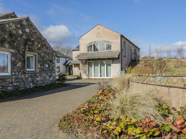 SKIDDAW, pet friendly, with a garden in Cockermouth, Ref 972320