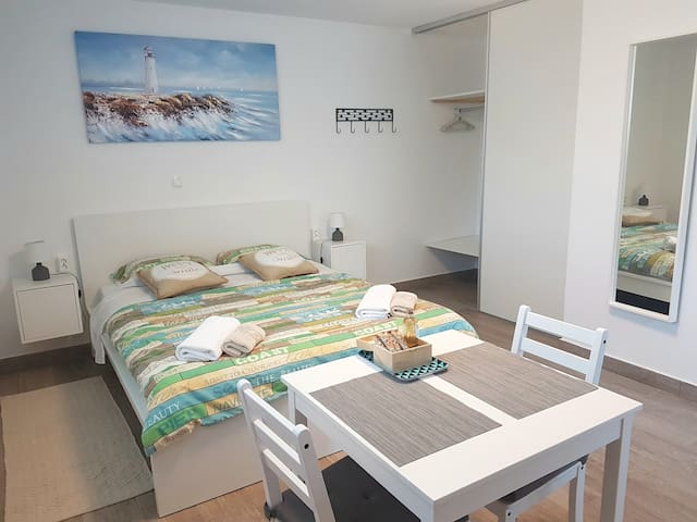 STUDIO APT. VECI a/c, free parking, beach 500m