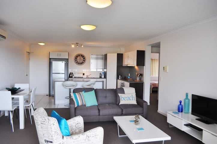 Modern Redcliffe unit wonderfully positioned!