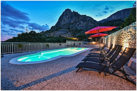 Sea view villa with heated pool near Split