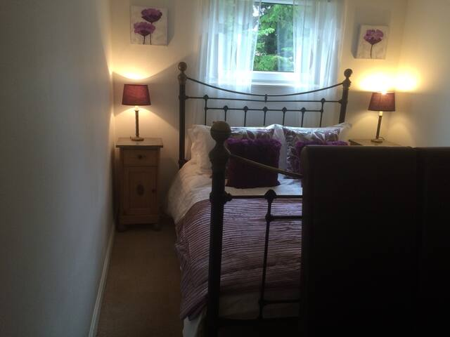 1 double bedroom flat with parking - Edinburgh