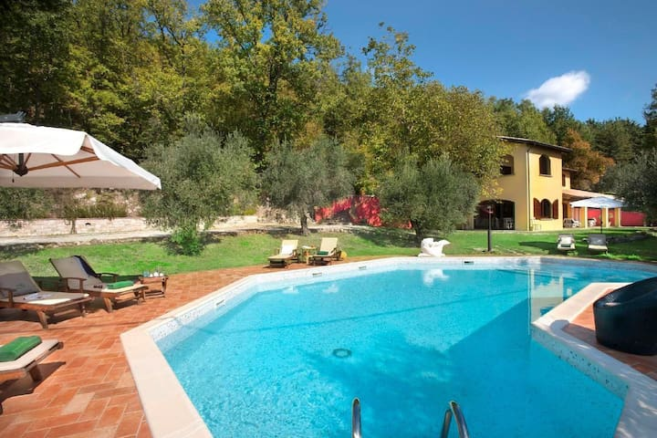 Beautifully designed holiday apartment in a charming farmhouse with pool and amazing views