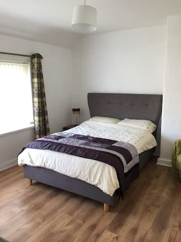 £85 for up to 4 Guests. Near Belfast Int Airport - Antrim - Rumah