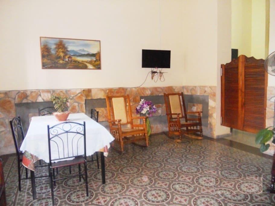 Sala - Comedor en la Casa Principal, a disposición solamente de los huéspedes. Living room - Dining room in the Main House, available only to guests.