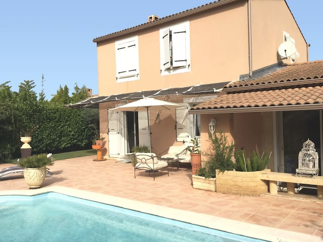 Pleasant home with private pool and pool house - close to Aix en Provence, accommodates 7 people.
