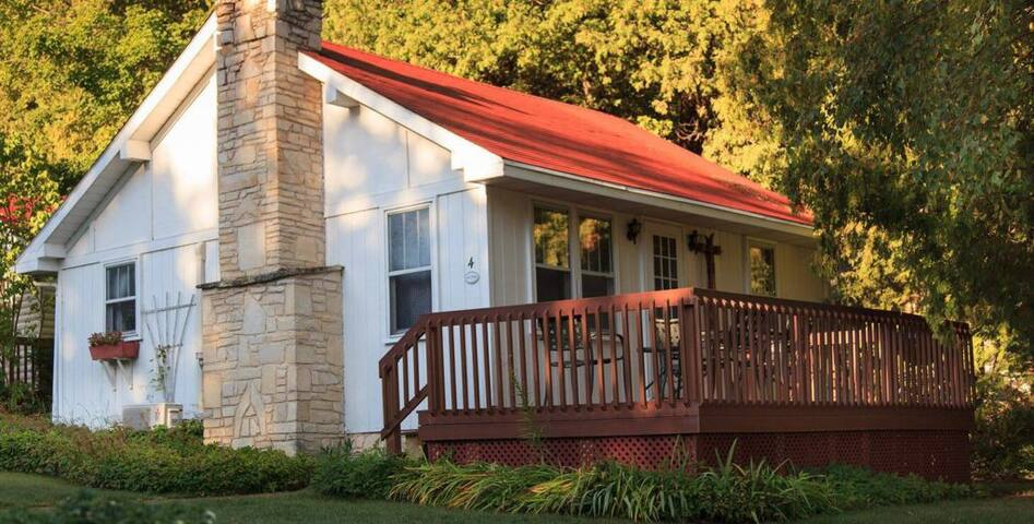 #4 Lark Cottage - Breakfast Not Included - Thorp House Inn & Cottages