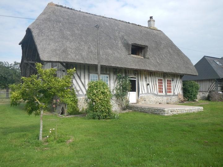Chaumière Normande dans une ferme cidricole