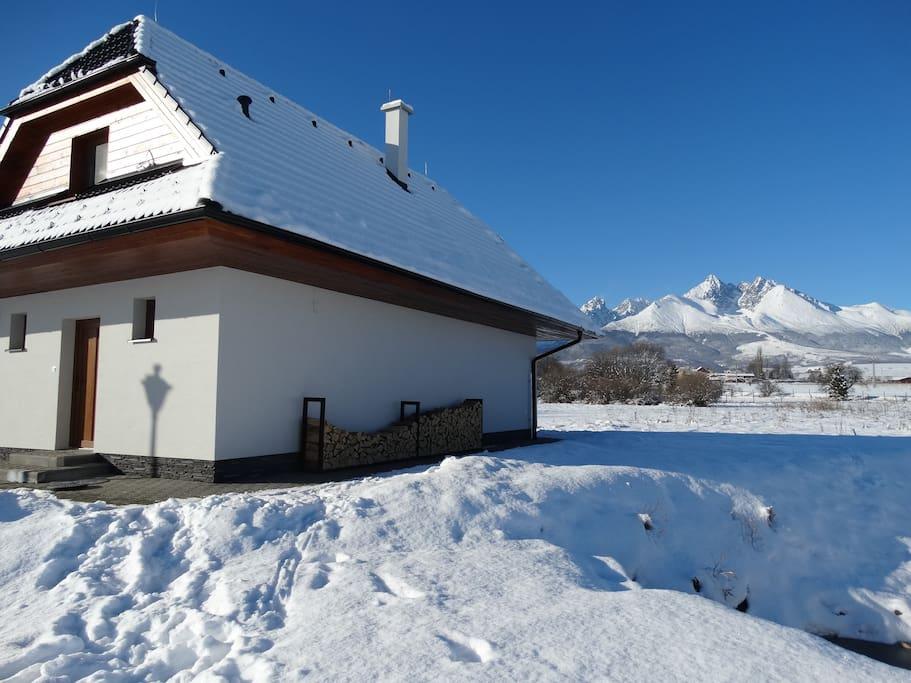 panorama Tatier v pozadi chaty