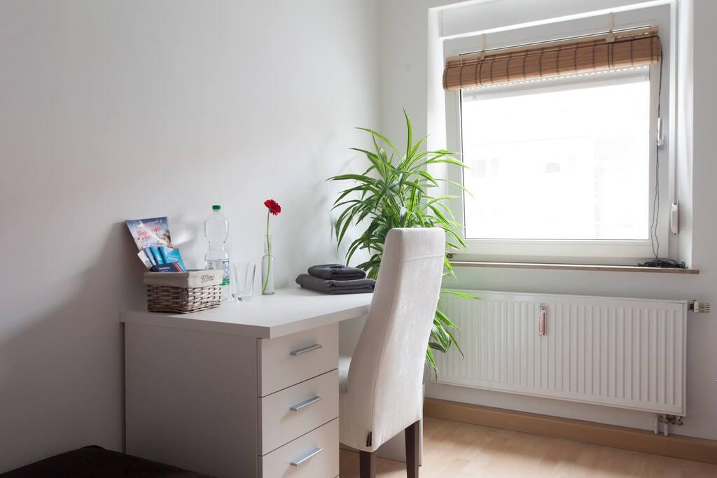 Das große, helle Gästezimmer mit eigenem Schreibtisch, gemütlichem Doppelbett und genügend Stauraum.
