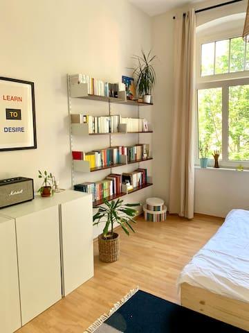 Modernes Bücherregal mit vielfältigem Literaturangebot