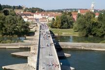 Wahrzeichen Regensburgs: Die Steinerne Brücke an der Donau und mit 100m ganz nah an der Wohnung