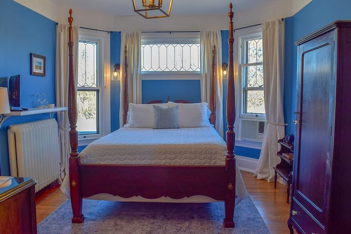 The Carpenter Room - The Lamplighter Bed & Breakfast of Ludington