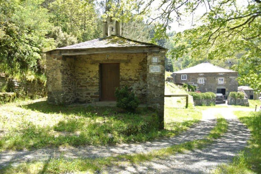 Vista principal de casa y capilla