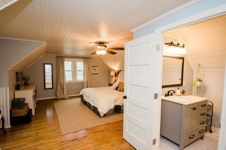 ★Cape Cod Charmer - Cozy 4 BR with Outdoor Space★