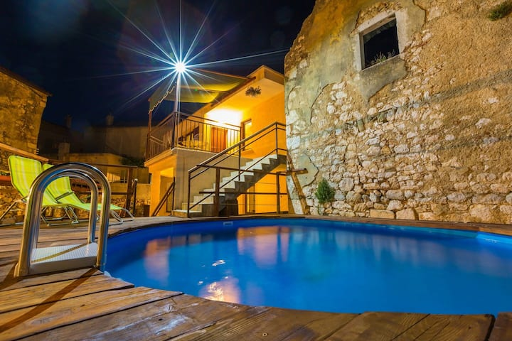 Five bedroom House, 150m from city center, in Bribir, Outdoor pool