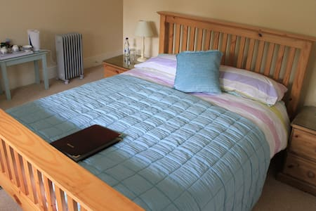 Country B+B - Private Room with En Suite for Two - Poulshot