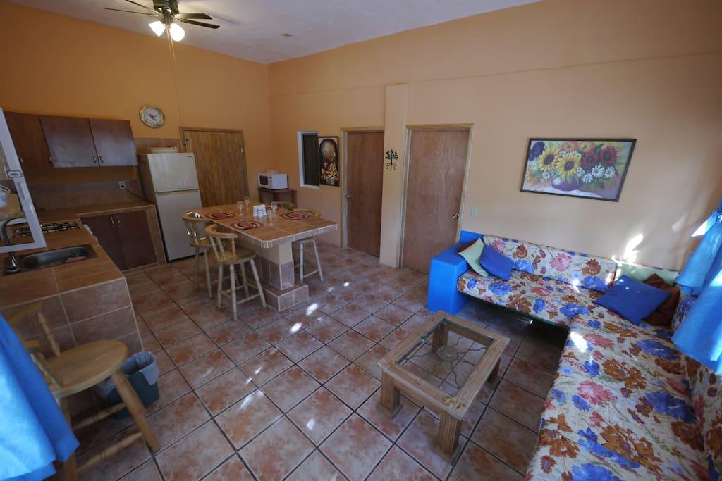 Living Area, and Entrances to the Two Separate Bedrooms   Sala de estar y entradas a las dos habitaciones separadas
