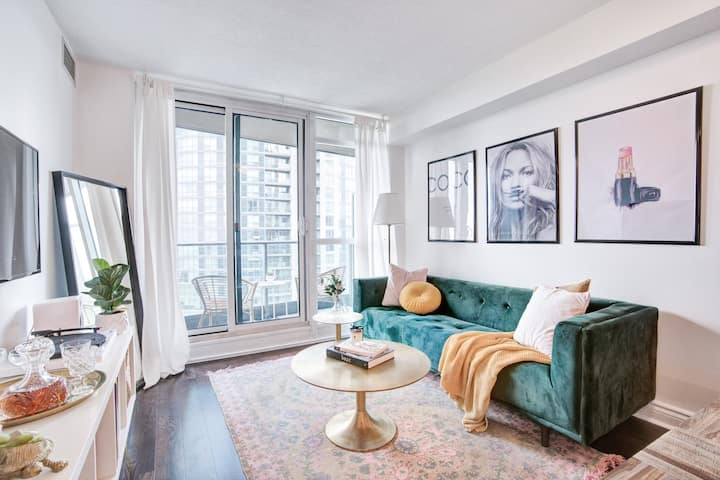 Glamorous downtown high-rise condo + free parking