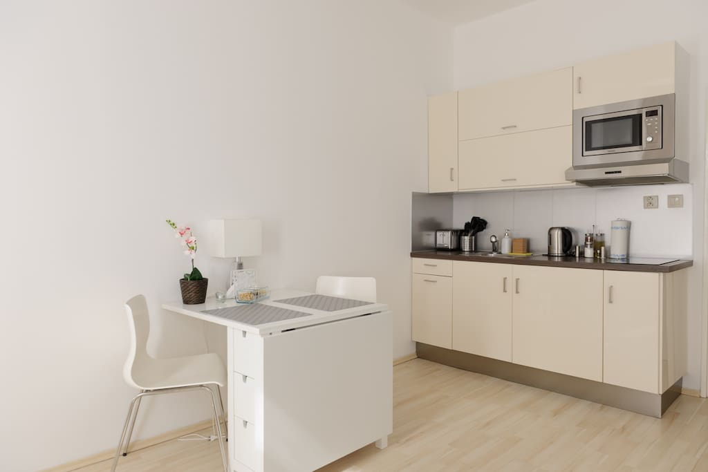 Kitchenette with diner table
