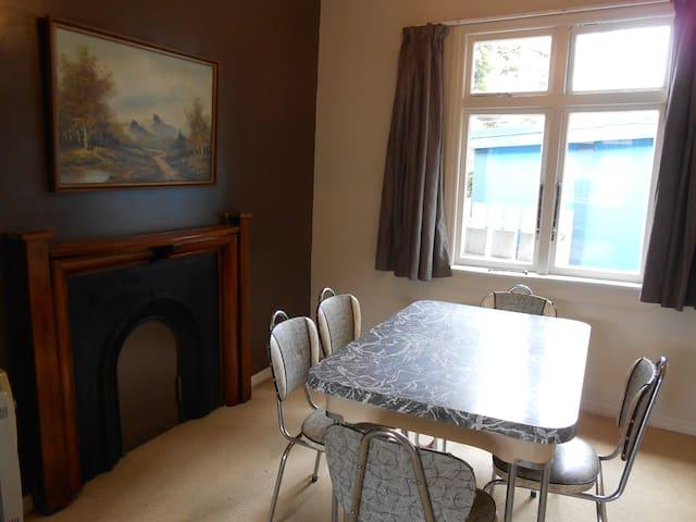 Warm cosy cottage with magic birdlife. - Westport - Haus