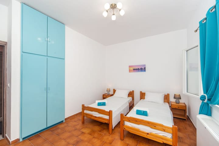 Bedroom 2-Two single beds