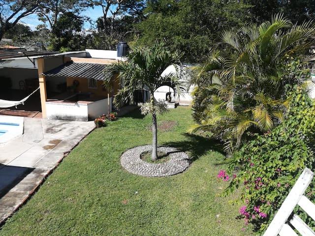 Área común para todas las habitaciones. Jardín.