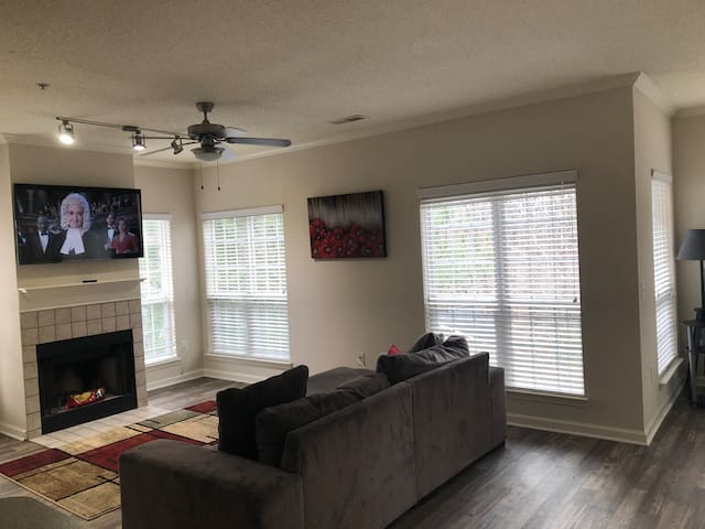 Hideout Near Airport / Greenbriar Mall /