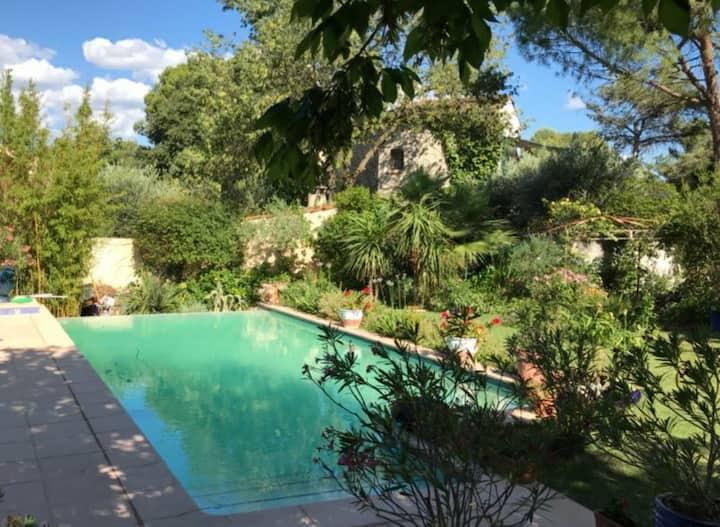 Suite avec piscine  dans quartier résidentiel