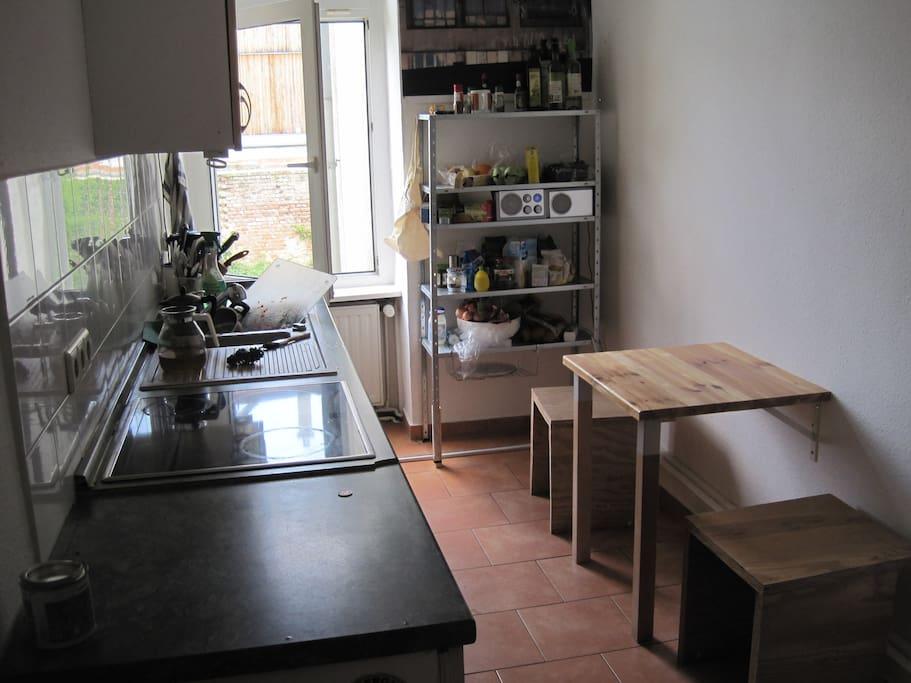 Küche mit Platz zum Sitzen und Kaffee trinken