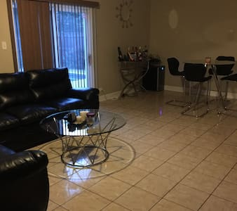 Comfy Place in the Suburbs - Bolingbrook