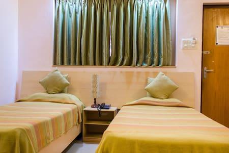 Comfy Standard Private Room Near Dona Paula Jetty - Dona Paula - Bed & Breakfast